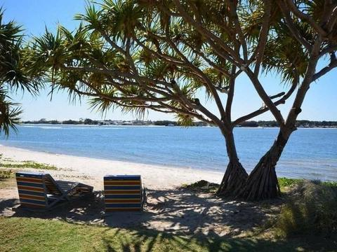 LOCATION LOCATION - MINUTES WALK TO THE BEACH AND THE BROADWATER